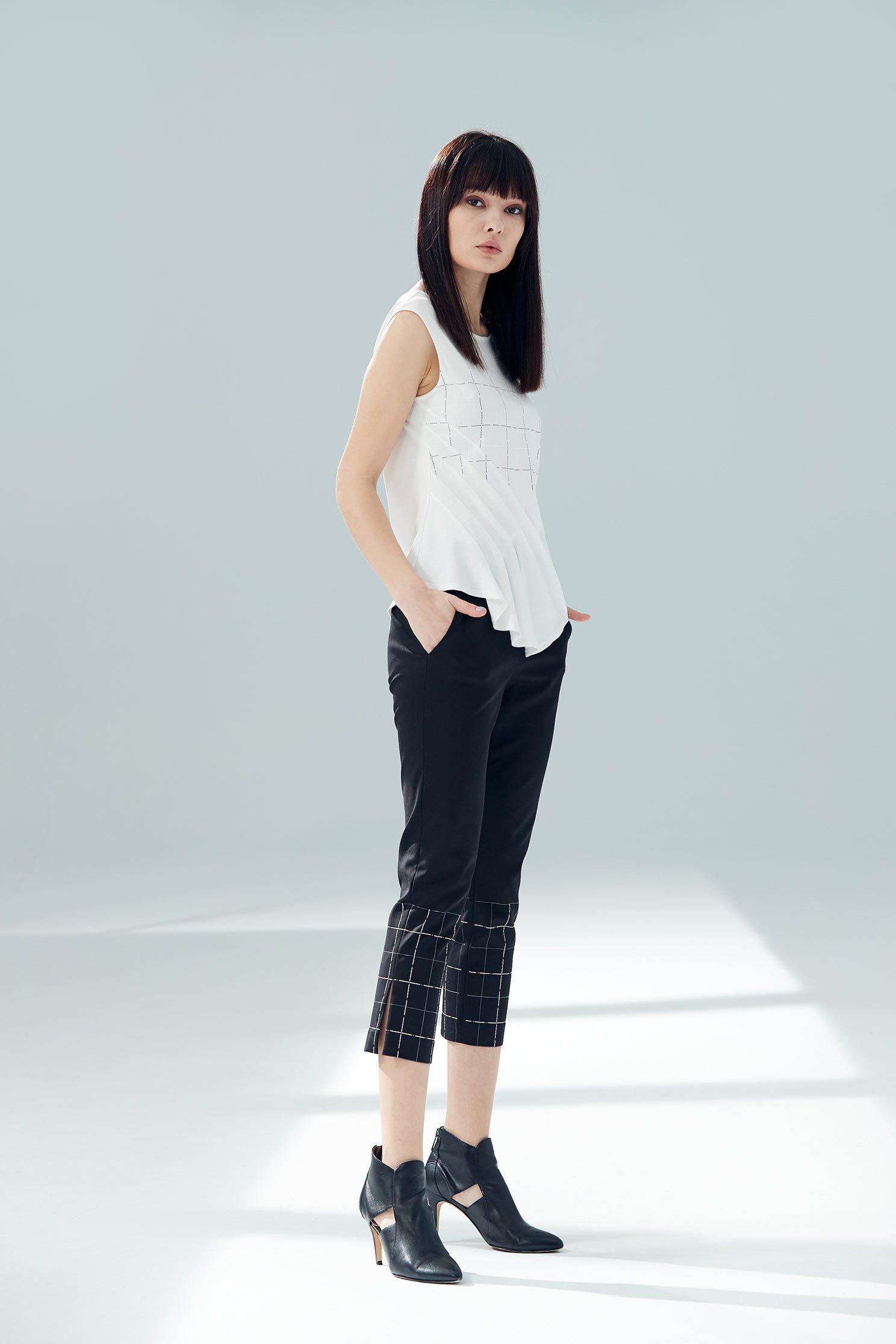 Slim fit sleeveless vest