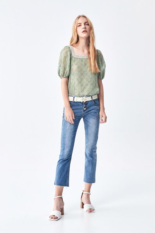 Buttoned micro-flared jeans.