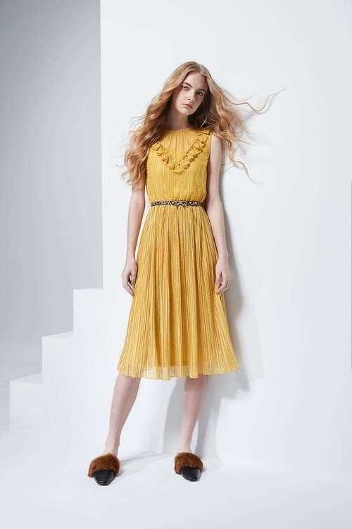 Figure flattered sleeveless lace dress