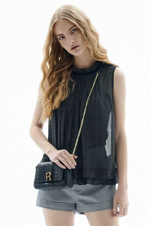 R-shaped embossed small square bag