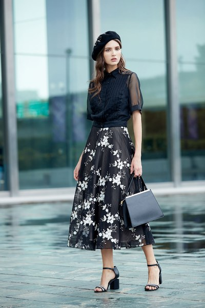 Graceful flowers embroidery skirt