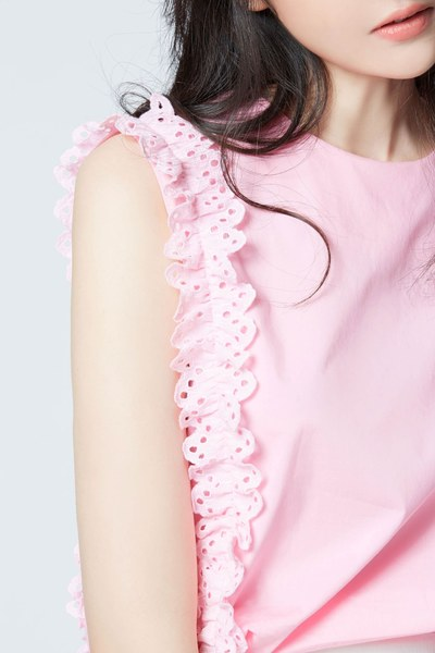 Sleeveless cotton top with ruffle trims