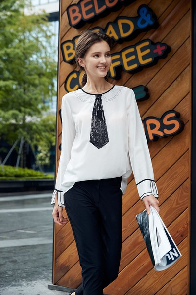 Elegant blouse with sequined tie