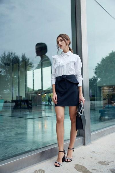 Elegant blouse with ruffle sleeves