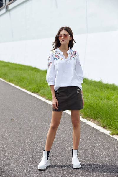 Chic embroidered design five-point sleeve shirt