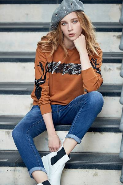 Chest-length fashion long-sleeved top